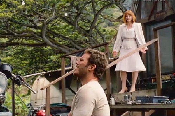 Tu m'étonnes qu'il détourne le regard: elle a des mollets immmmmondes. Désolé, fallait que ça sorte.